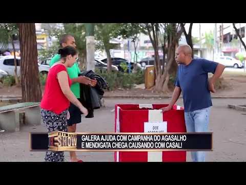 Mendiga tira a roupa para receber doação da campanha do agasalho