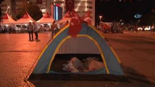 Sokakta Uyuyan Vatandaşlar Üstlerini Türk Bayrağı İle Örttü