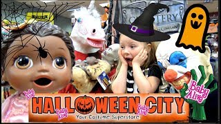 BABY ALIVE goes on a HALLOWEEN CITY tour! FUNNY KIDS! The Lilly and Mommy Show. TOYTASTIC