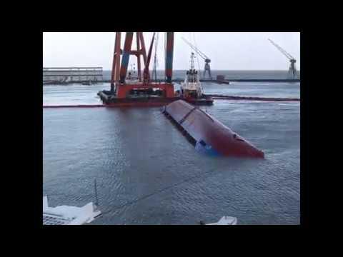 Spektakuläre Bergung von gekentertem Schiff (Archiv 15.12.2005)