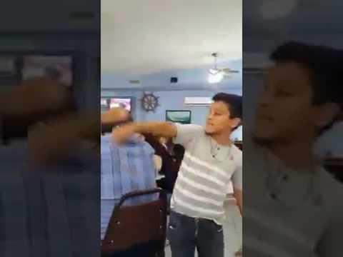 Niño con tremenda  voz canta adios amor en un restaurant