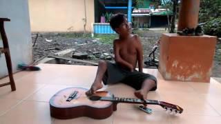 LUAR BIASA...!!! Anak tanpa tangan bermain gitar dengan menggunakan kaki