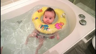 BABY NECK FLOAT: our 10 week old baby swimming in the bath for the first time!!!