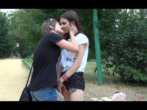 Пранк: Девушка целует девушек / Prank Girl Kissing Girls