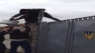 Crimean Tatars Feed Ukrainian Soldiers Blocked By Russian Troops In Crimea, Mar 4 2014