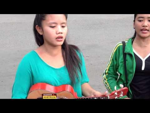Pengamen Cantik Nyanyi Lagu Armada Bebaskan Diriku