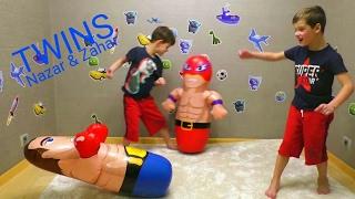 Близнецы бьют надувные неваляшки СУПЕР ГЕРОЙ и БОКСЕР Twins beat super hero and  BOXER