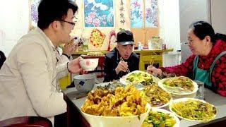 大sao给岳父送酒,顺便蹭饭,地锅鸡配红烧鱼,岳母催着要二胎【徐大sao】