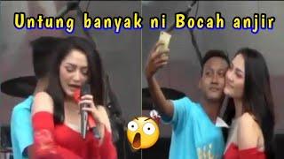 Download Video UNTUNG BANYAK UDA DI CIUM SITI BADRIAH DAPAT PELUKAN LAGI MP3 3GP MP4