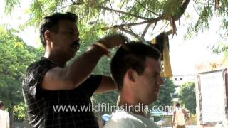 American gets a road-side body massage in India