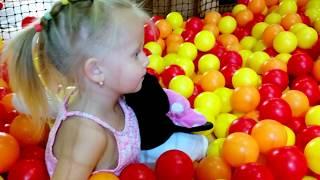Минни Маус и Эльвира в детском  развлекательном центе.Развлечение для детей.Видео для детей Площадка