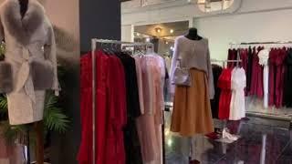 Необычный шоу рум женской одежды