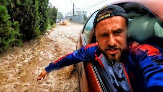 Судак ДИКИЙ ЛИВЕНЬ затопил город Последствия мощных ДОЖДЕЙ в Крыму Отдыхающие попрятались в ОТЕЛЯХ