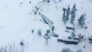 انهيار جليدي يطمر فندقا بالثلج ويسبب عشرات القتلى في إيطاليا
