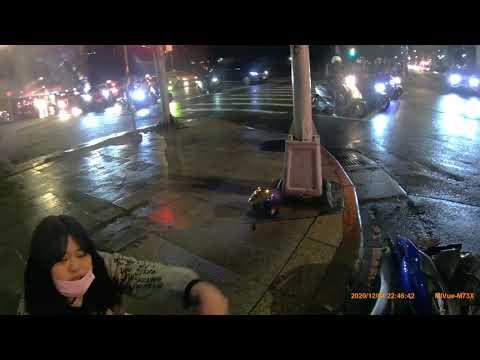 台北市林森北路與市民大道路口機車碰撞行人 | WoWtchout - 你在路我在錄