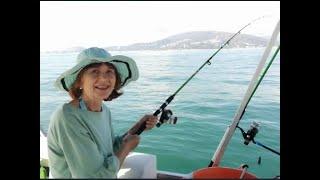 Вегетарианка на морской прогулке с рыбалкой.