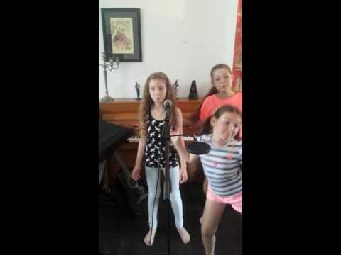Iola ( 11 Jaar ) Zingt Cheap Thrills Van Sia Met Luna&Pippa