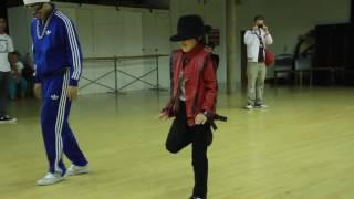 طفل موهوب يقلد رقصة مايكل جاكسون في اغنية  Smooth Criminal