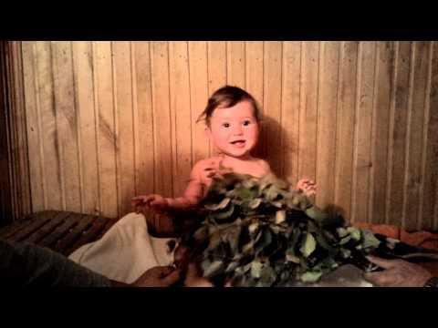 Младенец первый раз в бане