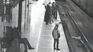 Падение ребёнка на рельсы в метро Екатеринбурга сняли камеры наблюдения