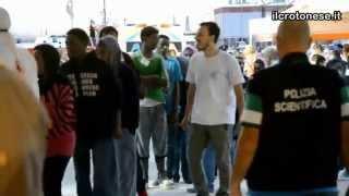Sbarco 1.137 migranti a Crotone