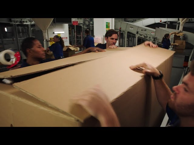 【911】小伙不慎掉入纸箱,被当成圣诞礼物打包,送上了飞机……《紧急呼救S2-10》