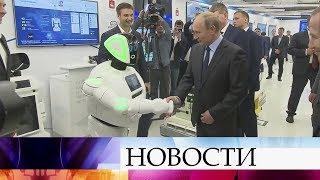 Владимир Путин посетил выставку информационных технологий вПерми ипожал руку роботу.