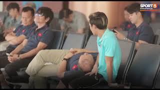 HLV Park Hang-seo gối đầu lên đùi Văn Toàn đầy tình cảm ở sân bay