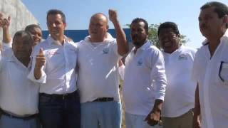 Taxistas recíben a Alejandro Murat en Pinotepa Nal.