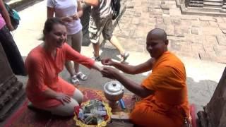 Благословение буддистского монаха в Камбодже (Ангкор Ват)