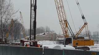Wkładanie sekcji zbrojenia ścianki do wykopu. Budowa nowego dworca Łódź Fabryczna
