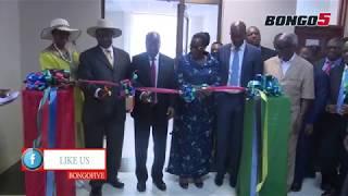 Rais Magufuli na  Museveni wakiweka jiwe la Msingi  Ujenzi Bomba la Mafuta