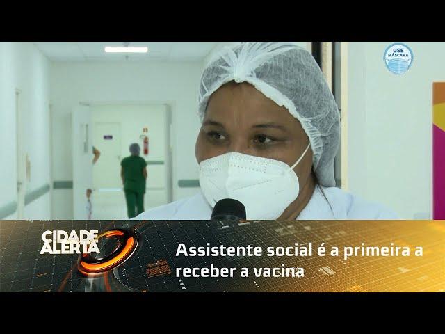 Assistente social é a primeira a receber a vacina em Alagoas