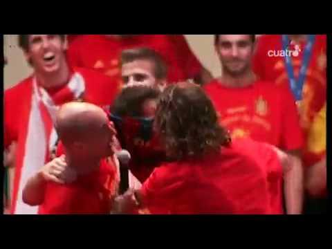 Pique y Puyol le ponen la camiseta del F.C. Barcelona a Cesc Fabregas!!!