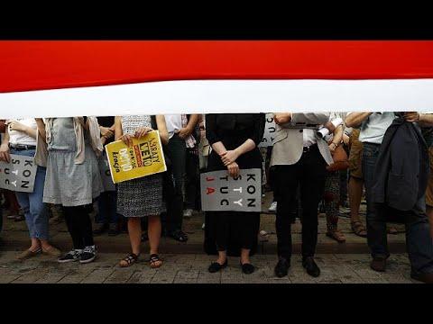 euronews (en español): Miles de personas piden en Varsovia un veto presidencial total a la reforma judicial de Kaczynski