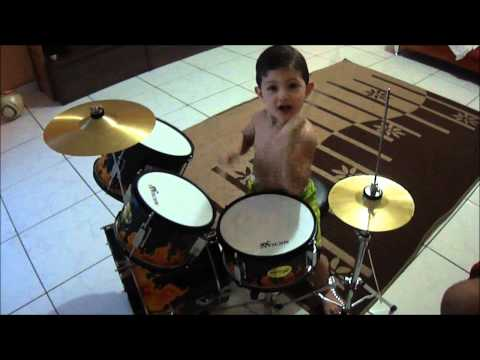 bebe-de-2-anos-tocando-bateria-FILIPE