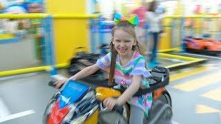 Лиза с друзьями катается на машинках для детей!