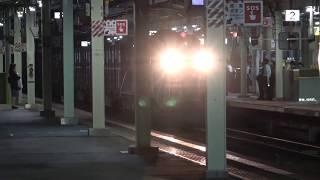 夜の松江駅を通過する貨物列車(2018/10/10)