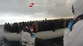 Guarda Costeira italiana tenta resgatar mais de 1.000 imigrantes