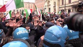 Roma, l'arrivo di Casapound alla manifestazione IoApro e l'inizio dei disordini pochi minuti dopo