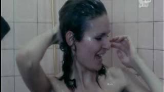 يسرا تحت الدش تستحم