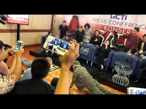 Steve Lillywhite vs Iwan Fals - Push Up Competition