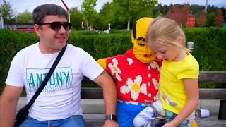 Stacy y papá se divierten en el parque de atracciones