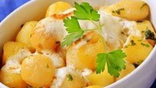 Картошка молодая тушеная в сметане. Молодая картошка на сковороде. Молодая картошка жареная .