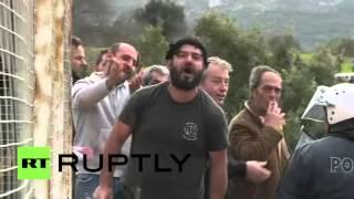 В Греции проходят митинги против строительства лагеря для беженцев(На греческом острове Кос сотни человек собрались около места, где планируется строительство помещений..., 2016-02-14T14:39:45.000Z)