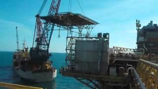 Barco GAZPROM 2 cargando Helipuerto de una Plataforma Habitacional en la Sonda de Campeche