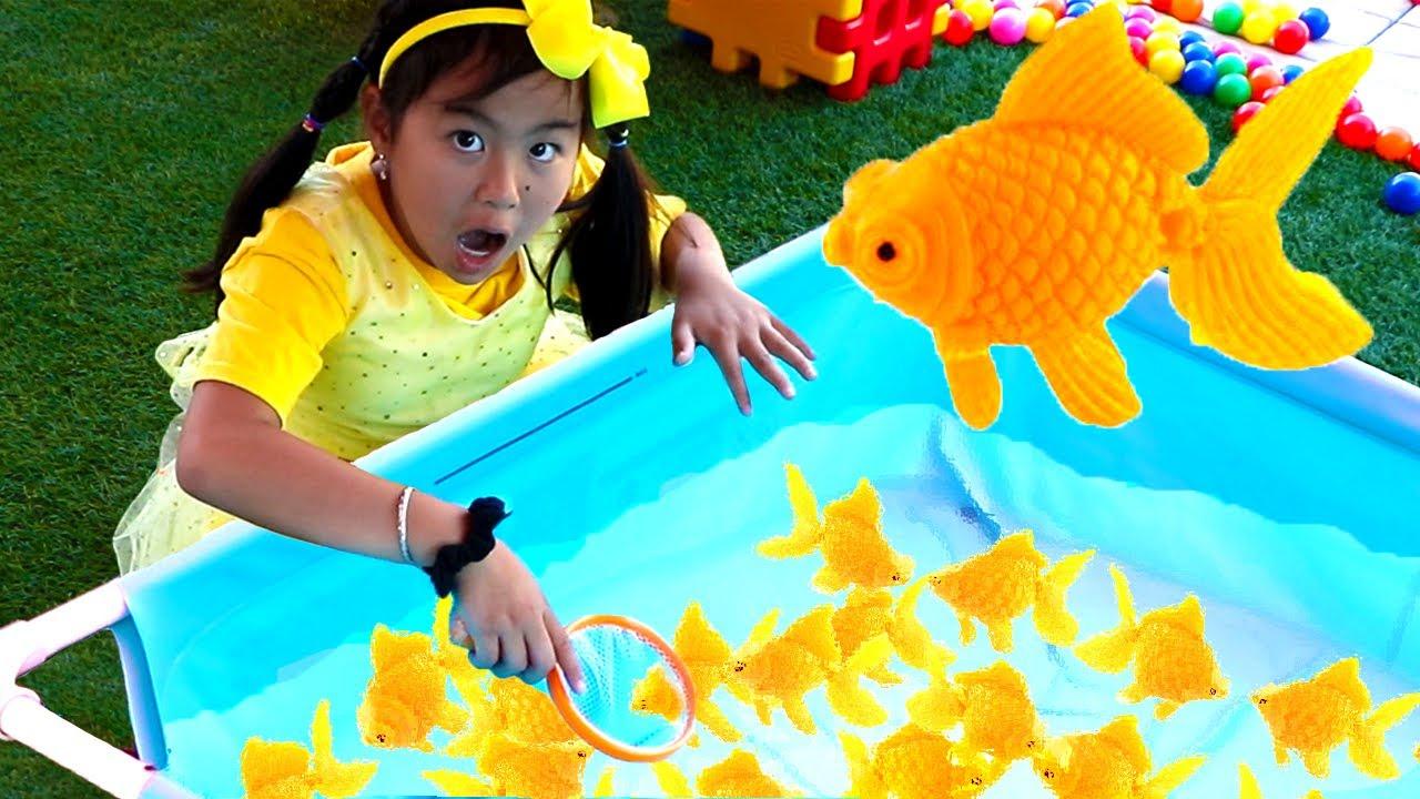 Jannie juega en la feria | Se convierte en experta de juegos para niños | Cuentos Infantiles