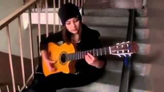 Красивая девушка играет на гитаре испанская