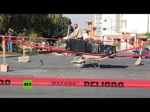 RT en Español: Cortan una calle con el ataúd de una víctima del covid-19 para que la entierren