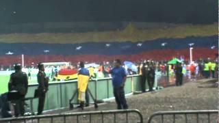 Himno Nacional y despliegue del telon con la bandera de Venezuela